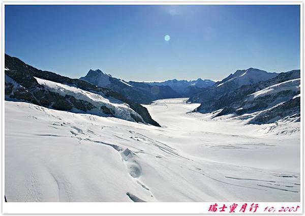 冰河好像架空在山腰上