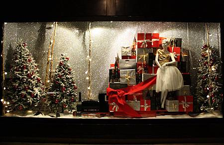 Scenes-from-the-Bruce-Weber-film-for-Xmas-at-Selfridges-are-recreated-for-the-Christmas-windows-this-year.