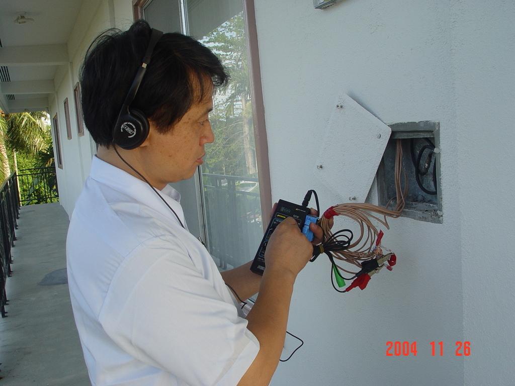 帛琉大使官邸門口2004.11.26.JPG