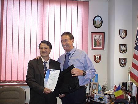 英國最大偵防科技總裁David頒發證書.JPG