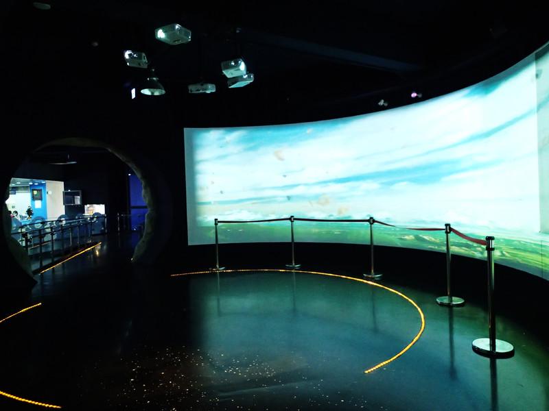 走進後.會看見3d大螢幕.撥放著地球四季的景像