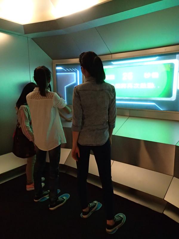互動遊戲機.超好玩的.可是裡面沒冷氣.人多有點悶