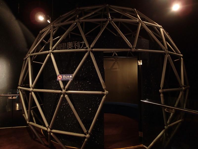 回到天文館2樓看到這球體一定要進去理面體驗一下什麼是柯氏力