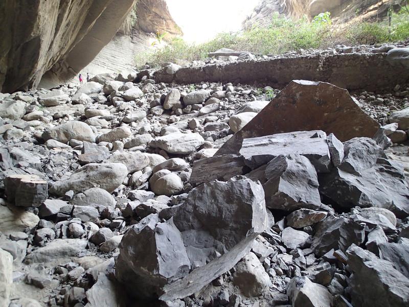 這應該是不久前地震掉下來的石頭
