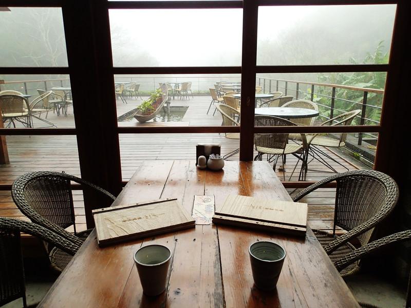 這是我們的用餐區..然外頭起著大霧