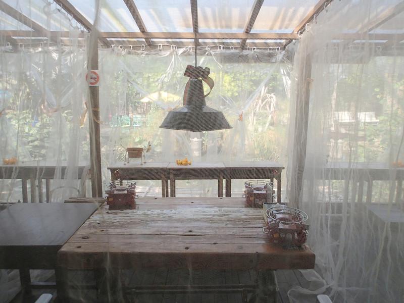 戶外區有一整排用紗遮蔽的用餐區