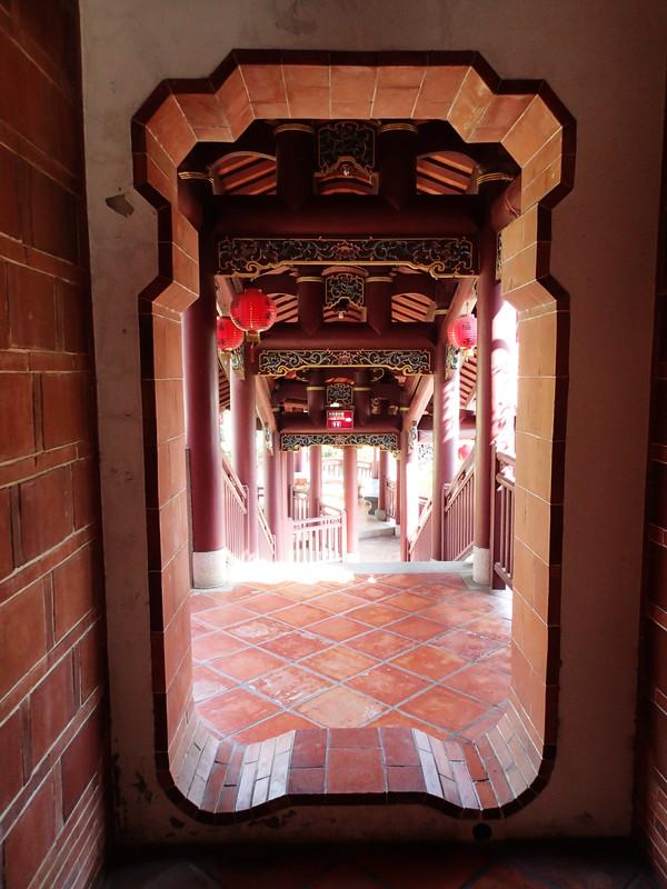 看完漂亮廊道的風景後.從另一側離開大鯤園也有不同的建築景觀...