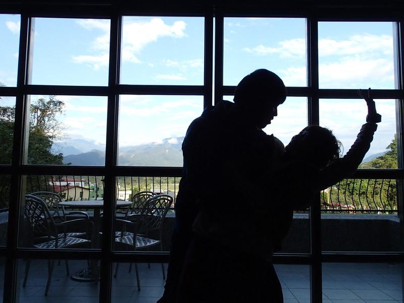 就在這時發現了館內的落地窗.忍不住來了一段雙人舞.