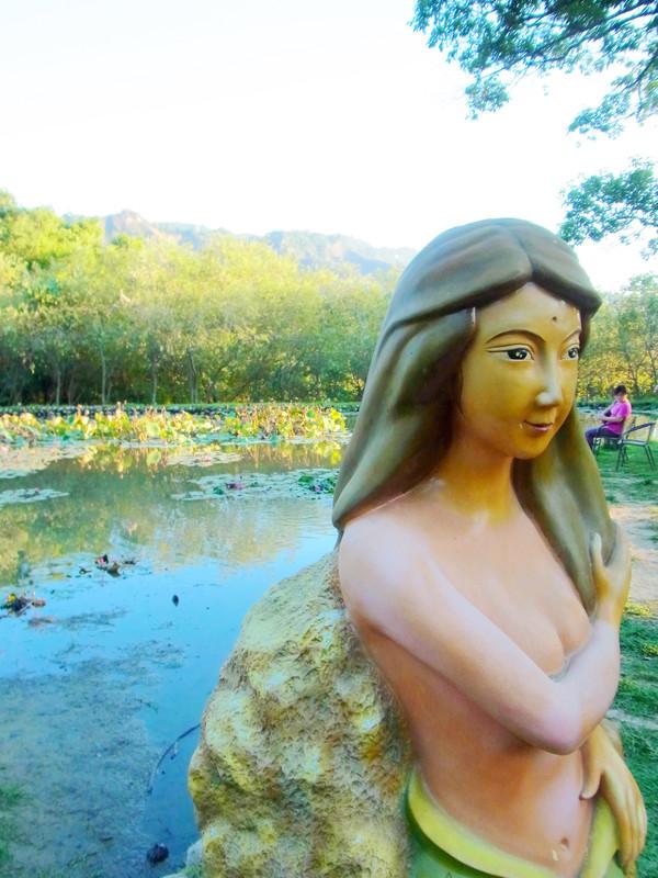 湖畔旁的美人魚.也太性感了吧!