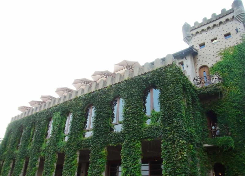 古堡主體建築物為用餐處.這天造訪園區人正多
