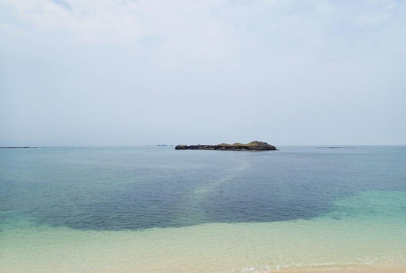 這是澎湖的奎壁山.對面那座島叫做赤嶼