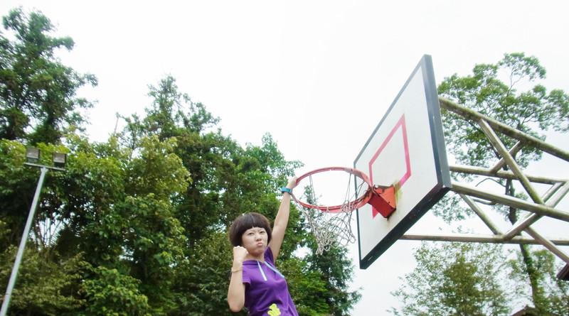 輸人不輸陣.天才也是運動女孩.小籃框可是難不倒我的