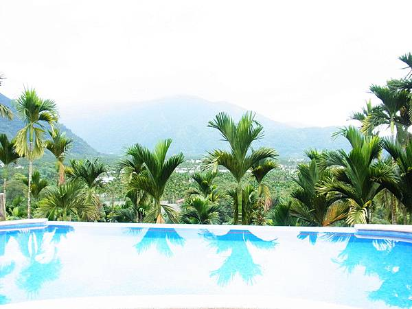 在這樣的自然美景下游泳真是人生一大享受.