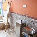 還有室內飲水機.只是設計在廁所.我是不介意拉!