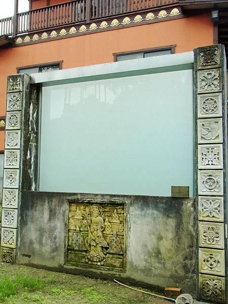 這其實是水幕牆.本來晚上會撥放影片.讓大家在發呆亭觀賞