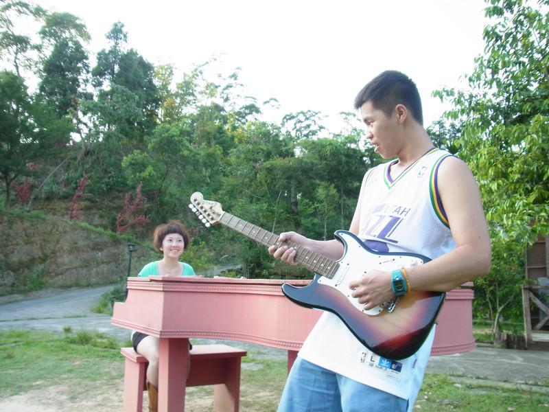 突然之間兩個來玩樂團..跳tone跳很大