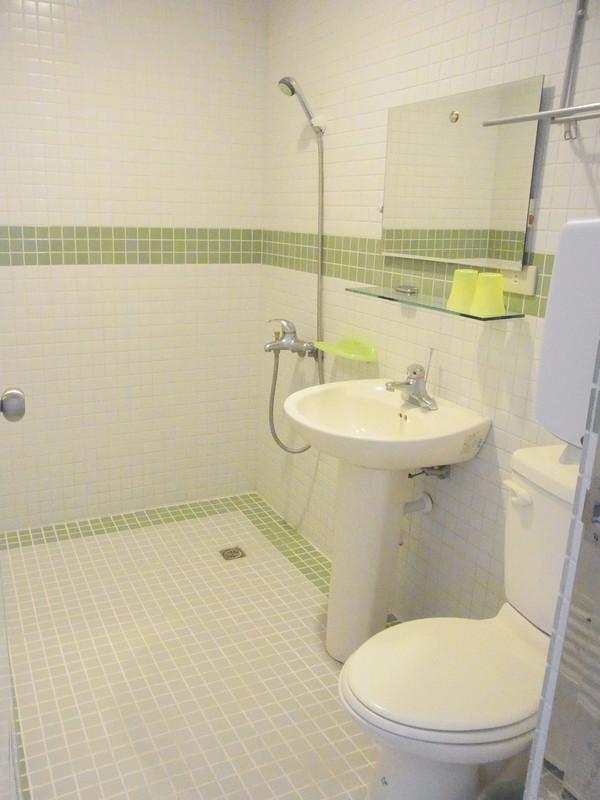 衛浴設備全是凱薩喔!只是他們不提供毛巾和牙刷須自備.愛地球...
