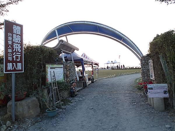 在南投埔里地理中心碑旁的小路上山就會抵達虎嘯山莊