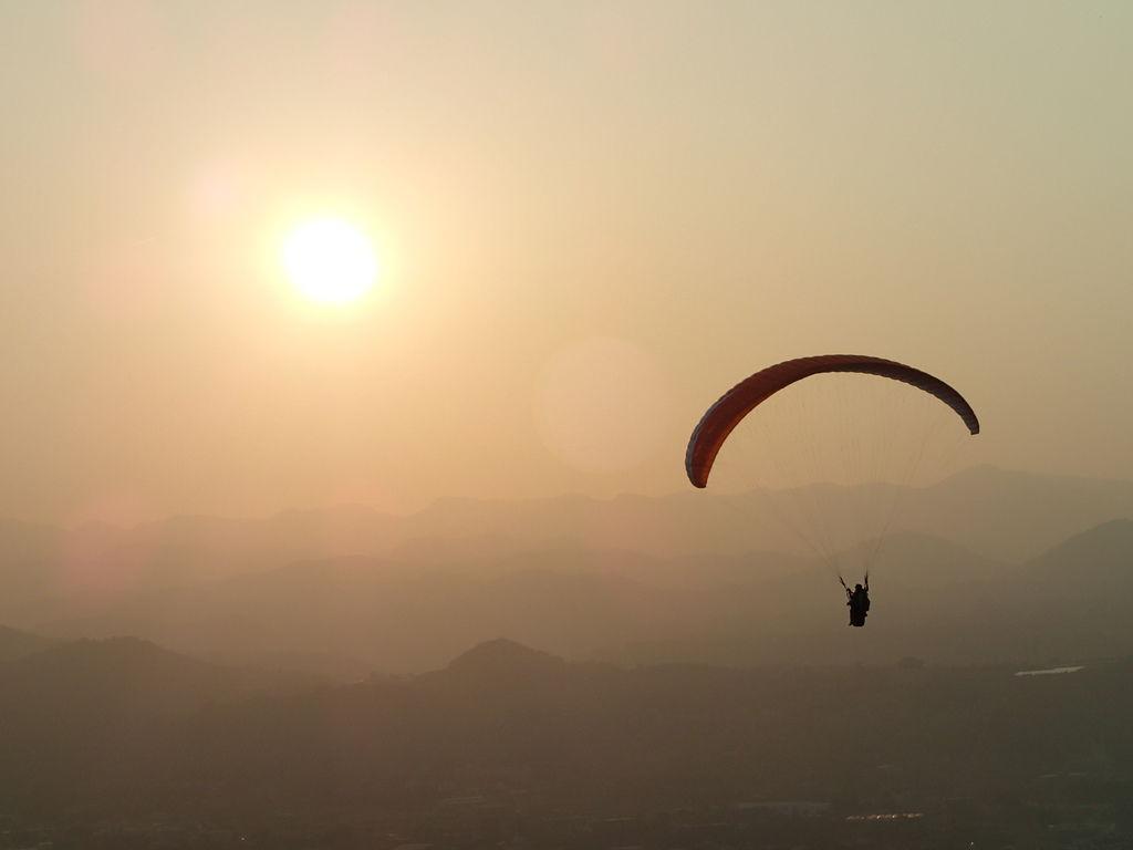 在夕陽下玩飛行傘.真的好舒壓喔~