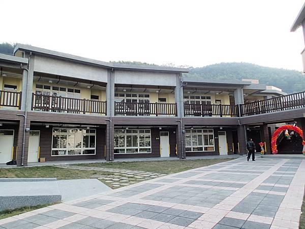 這算是校園的教室主要入口處吧!