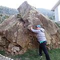但其實是地震時掉下來的.學校將它留下.也讓孩子們認識與敬畏大自然的力量