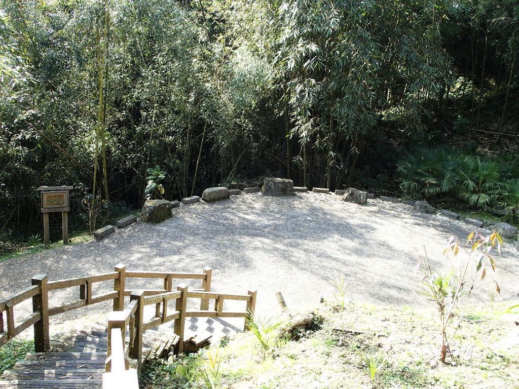 竹林步道走一小段上坡就會底達一個圓形休息區.不用日曬.