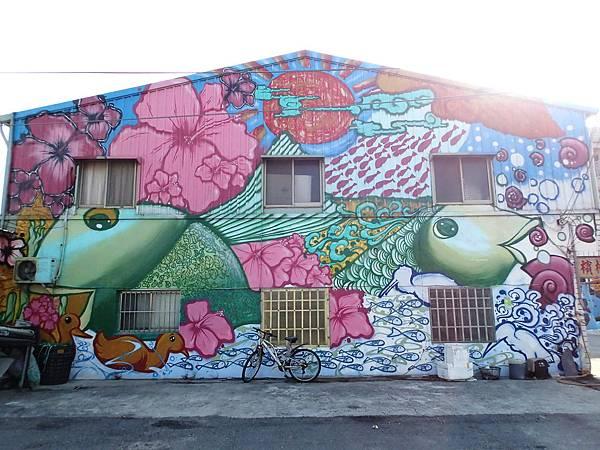 入口意象牆壁上有一面漁村彩繪牆
