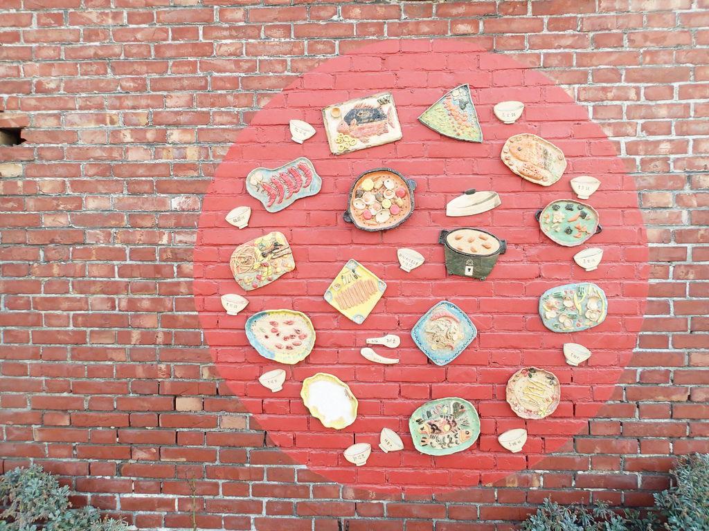而這個辦桌圖也是孩子們捏陶土的作品.黏貼在牆上的