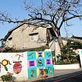 這天的藍天.配上這棵長著嫩芽的樹木..牆面的彩繪..後方的老屋.非常喜歡這個畫面