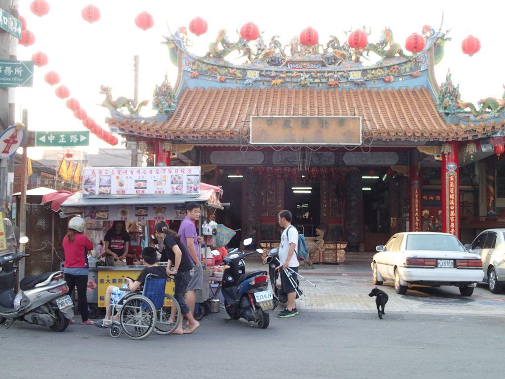 離開巷口往右轉..步行5分鐘就會抵達廟口.廟口前的炒麵很好吃