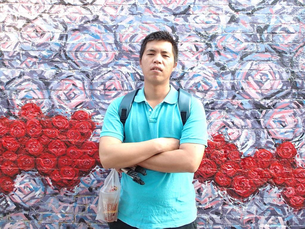 阿呆說這面牆的顏色有點憂鬱.一定要有憂鬱的眼神