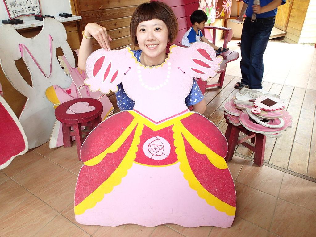 這公主屋裡有許多木板做的衣服.包包等.讓你打扮自己.'當個美麗的公主