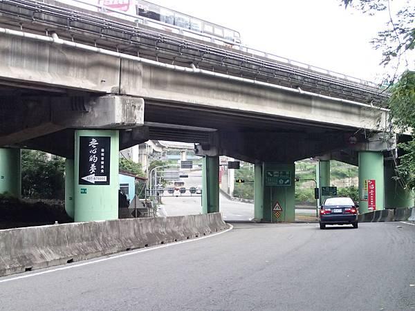 順著橋下右轉就會看見路邊收費停車場一次50元