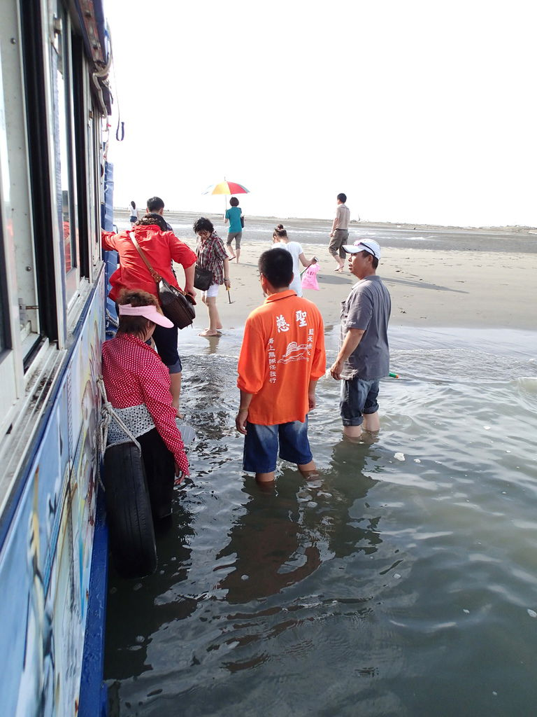 會建議鞋子直接放在船上.拖鞋也是.就直接赤腳走沙洲就好了