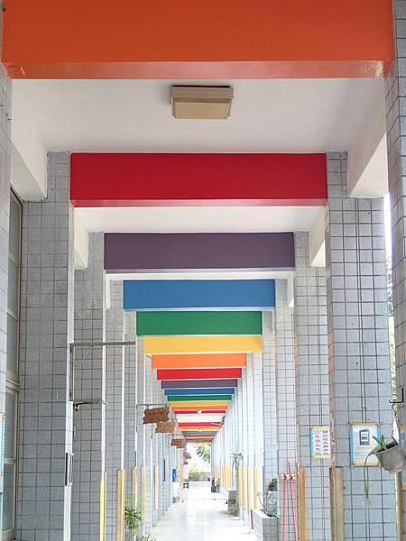 回到國小長廊上的彩虹走廊.
