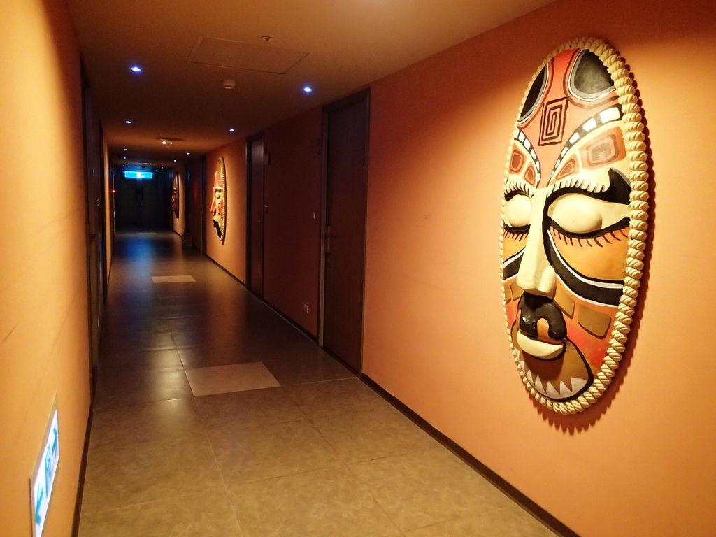 走廊上的非洲圖騰臉譜