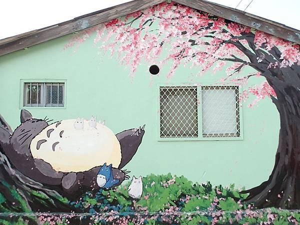 這幅櫻花樹下的龍貓.美極拉!