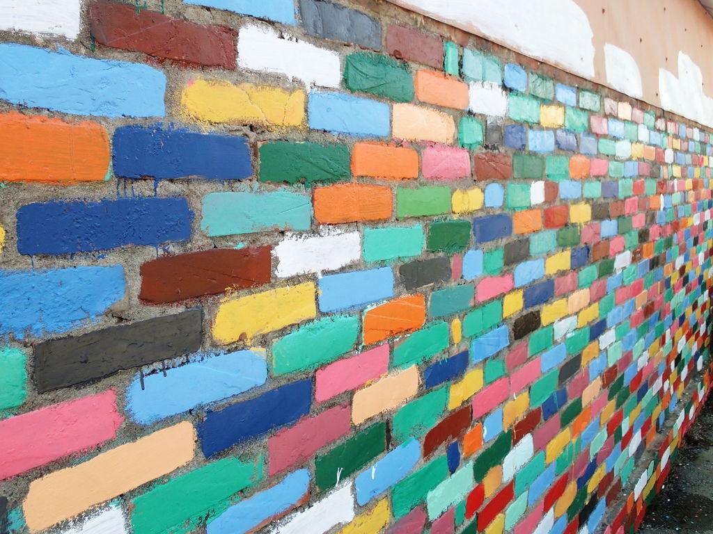 紅磚牆變彩色.少了古味.多了些繽紛的糖果味