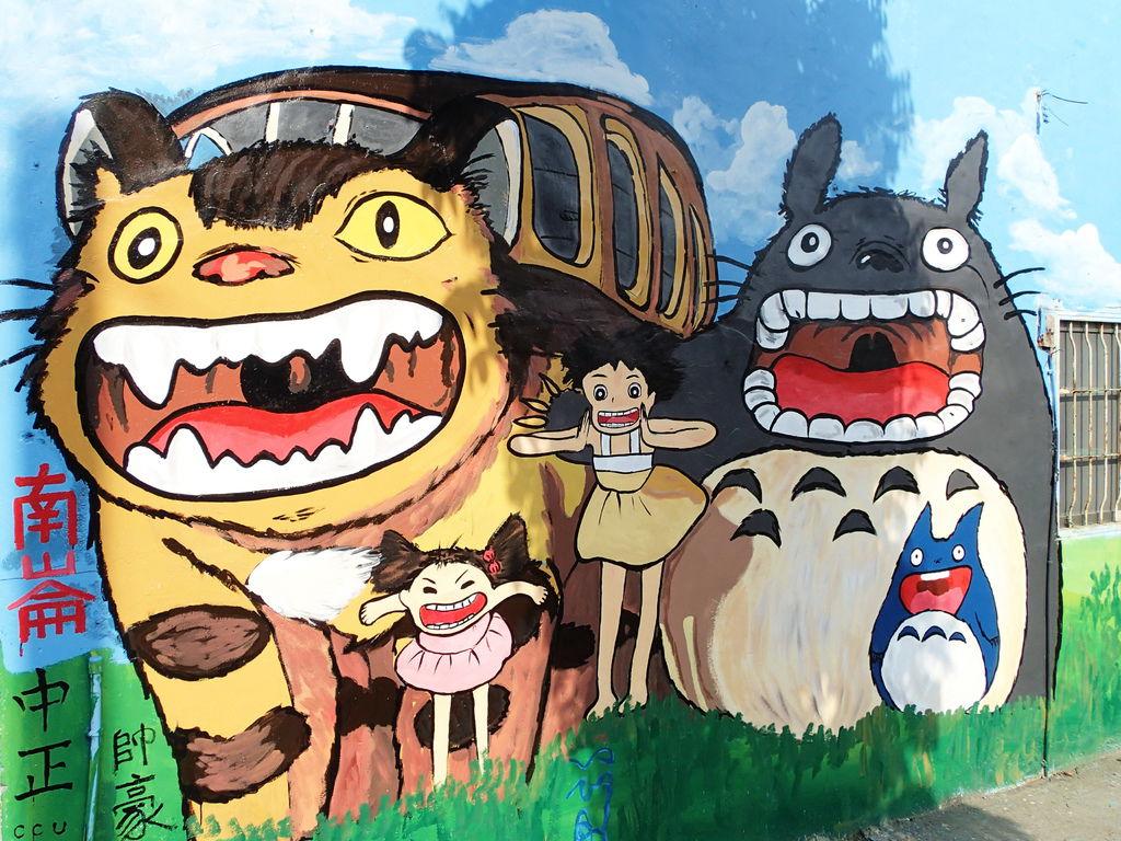 在對街牆面上發現這幅龍貓圖.超讚的阿!