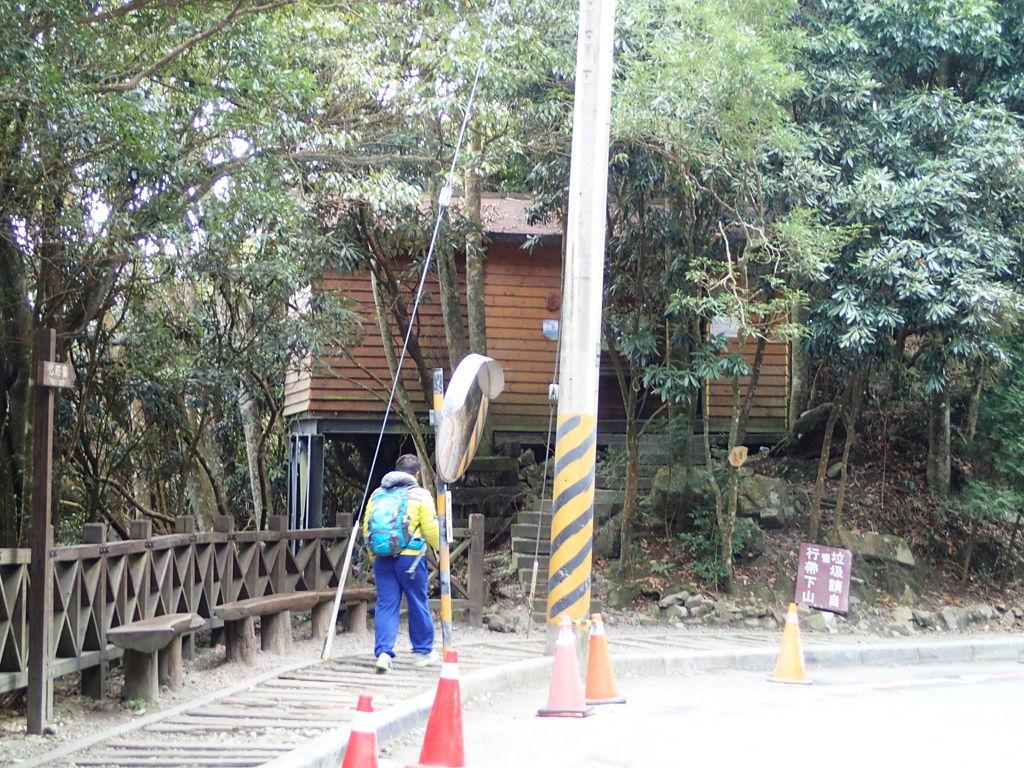 這裡有座木屋廁所.上山前先方便一下