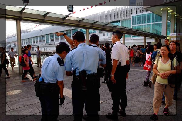 108 開始圍籬笆的香港警察.jpg