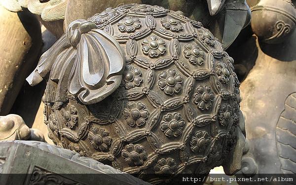 雍和宮祥獅腳下的繡球.jpg