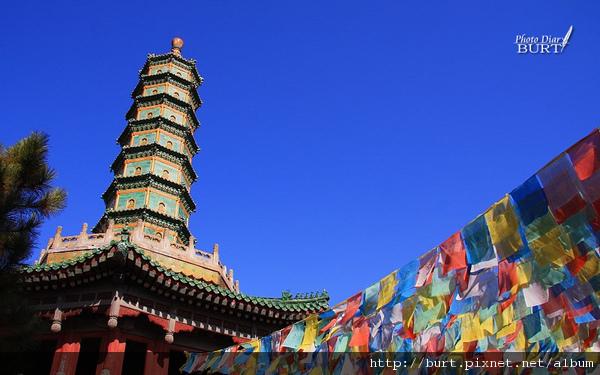 須彌福壽之廟八角琉璃塔與經幡.jpg