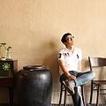 檳城_茶藝館內坐舊椅.jpg