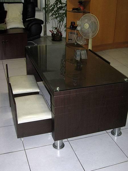 客廳桌附兩個小椅子.JPG