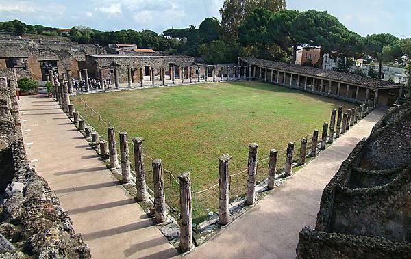 Quadriportico-dei-teatri-Scavi-Pompei