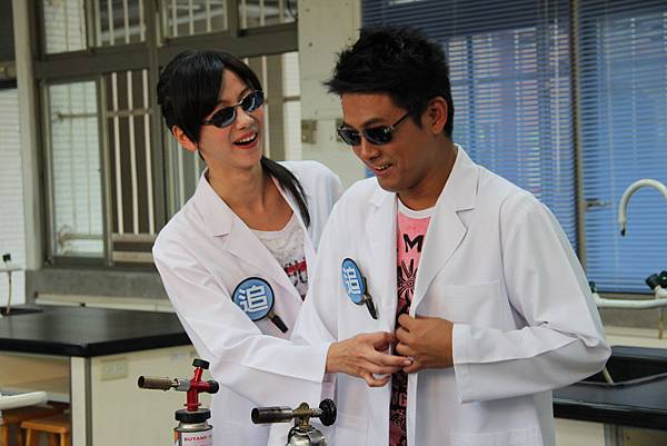 兩個假裝是偵探的科學家