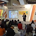 20120204 戴晨志國際書展活動-3 線上有提供紙筆給大家抄筆記,看讀者聽得專心,超的用心