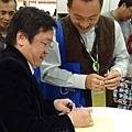 20120204 戴晨志國際書展活動-9 老師細心的為讀者簽名,為書加值