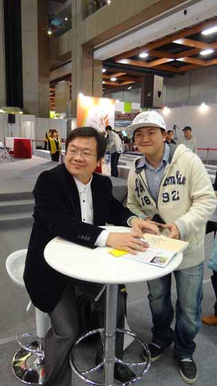 20120204 戴晨志國際書展活動-14 感謝讀者支持,最後再來一張合照 ~ 商周與戴老師感謝各位讀者的支持,大家明年見~